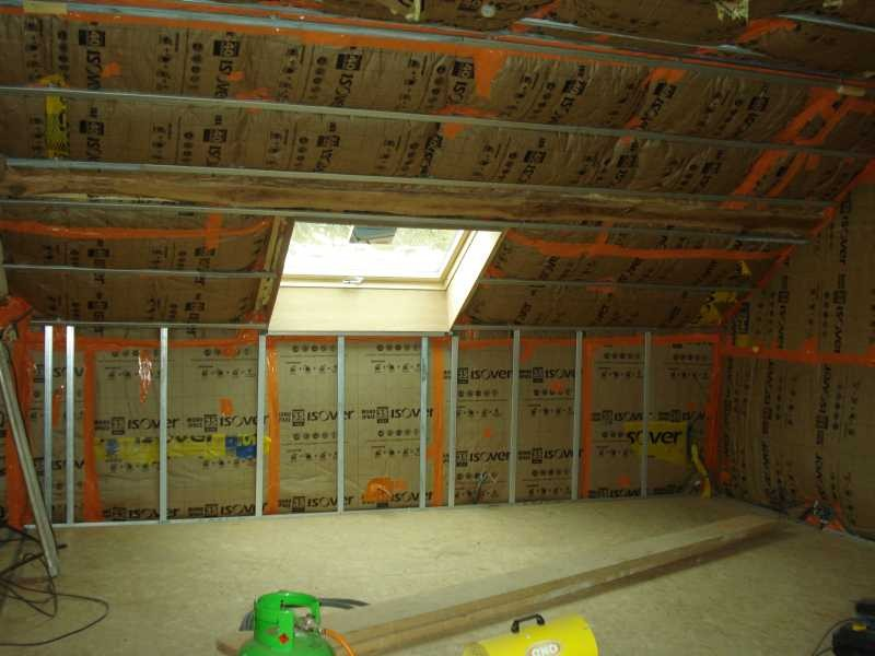 Im oberen Stock werden die Wände und das Dach isoliert