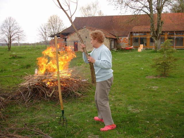 Sie liebt es, Holz zu verbrennen
