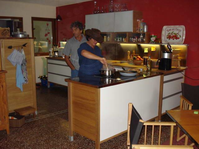 Veronika kocht uns, zusammen mit ihrem Freund Ruedi eine Gemüselasagne