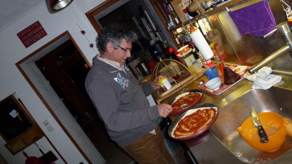 Wir machen leckere Pizzas und backen sie im Holzbackofen