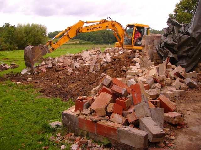 Der Bagger fährt auf, um die ürigen Mauern einzureissen und die Steine anschliessend auf dem Land zu verbuddeln
