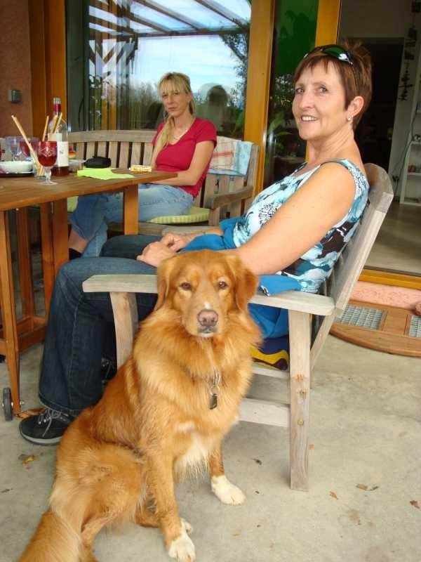 Andrea kommt mit ihrem Partner und ihrem Hund zu Besuch