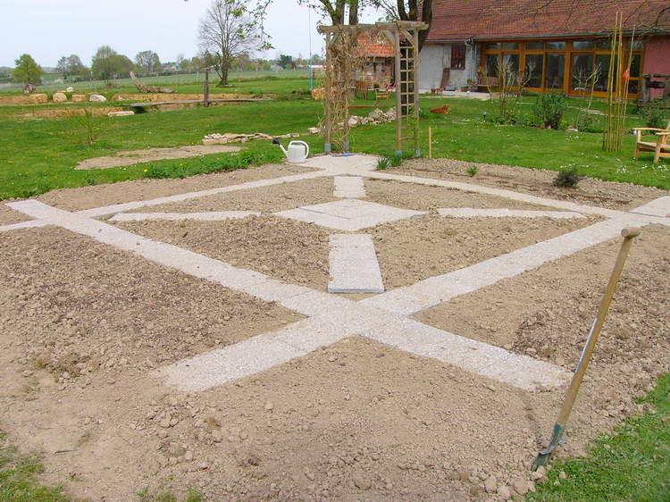 ... und verlegt die letzten Gartenplatten im Gemüsegarten