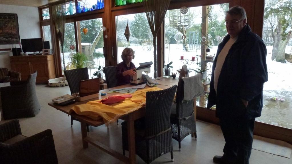 Henny am Nähen (Vorhänge für das neue Wömi) - Besuch von Fredy und Claudia