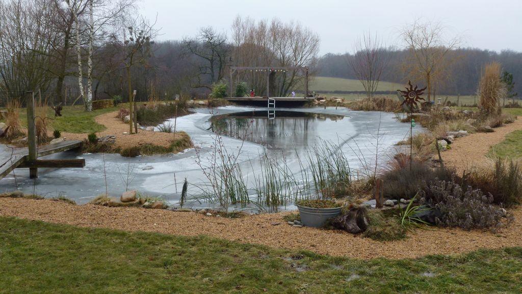 Das Wasser schwindet - es ist trocken - und das Eis bildet eine Badewanne