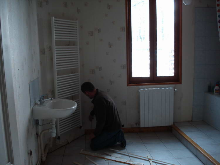Die Heizkörper im Badezimmer werden ausgebaut, die Tapete muss runter