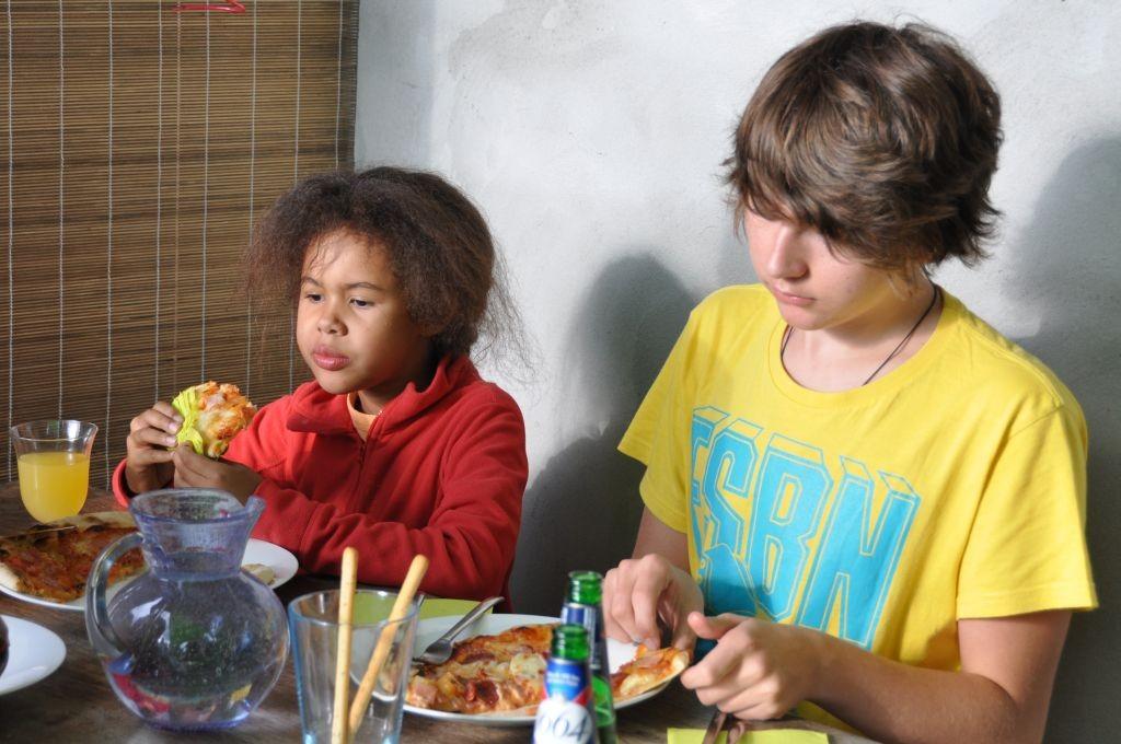 Michèle und Silvan (Gäste) beim Pizzaessen