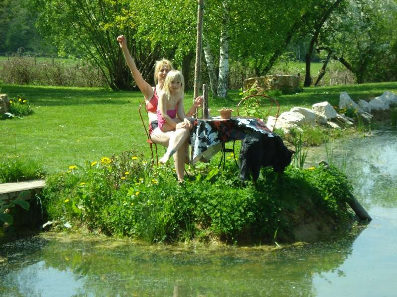 Andrea und Zora am Teich