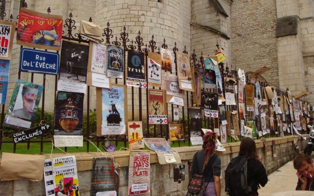 Bunte Plakatwand aller Veranstaltungen während des Festivals