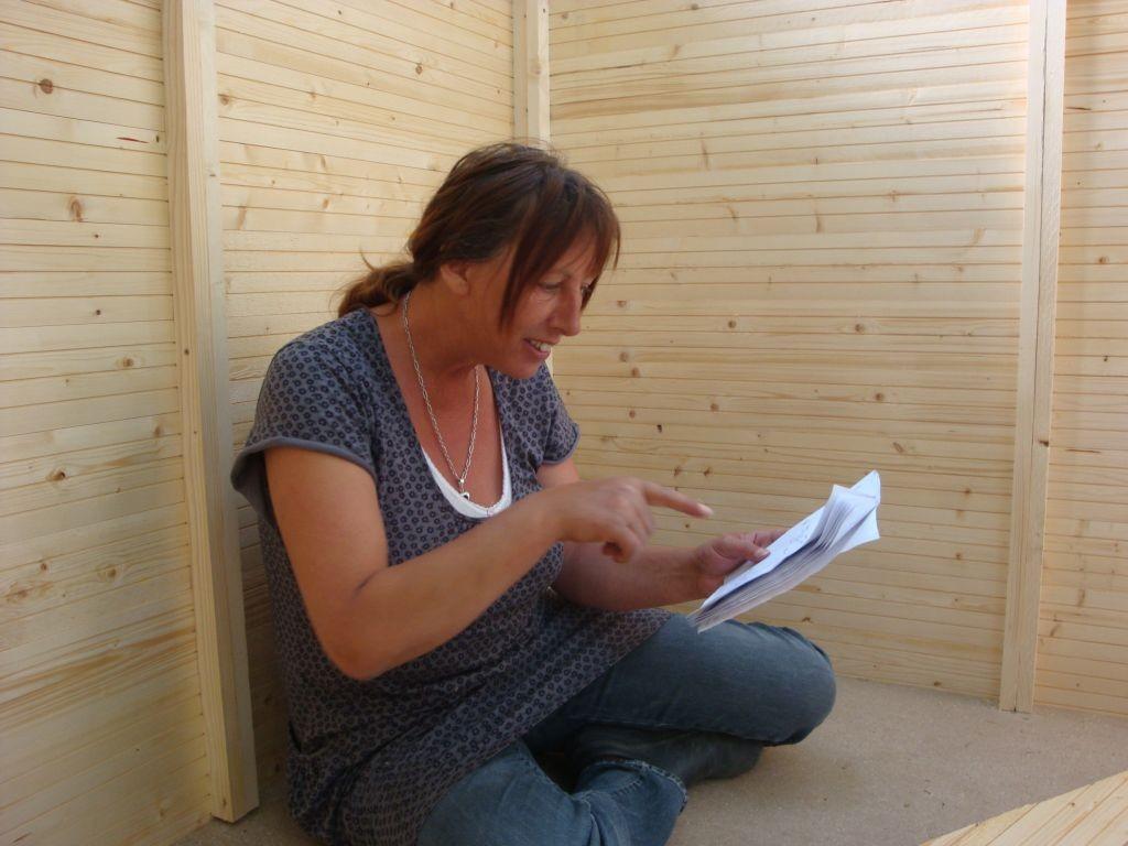 Studium der Bauanleitung für ein Geräteschuppen bzw. späteres Hühnerhaus