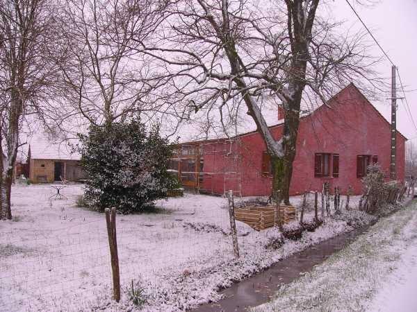 An Ostern kommt der Verputz drauf und prompt fängt es an zu schneien