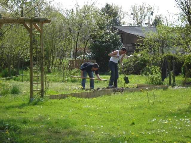 Andi und Daniela stechen den Garten um