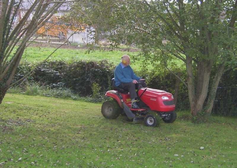 Norbert darf ein paar Runden mit dem Rasenmäher fahren