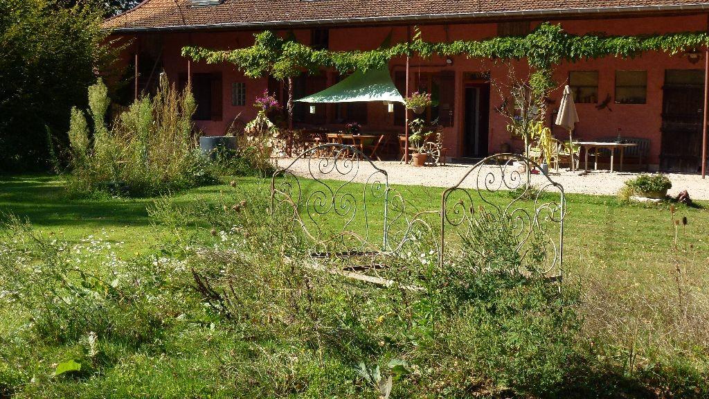 Im vorderen Garten steht nun ein antikes Eisenbett als Deko oder als letzte Ruhestatt?