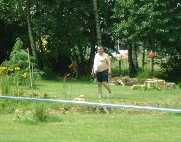 Freddy hilf tatkräftig mit - und erholt sich anschliessend bei einem Bad im Teich