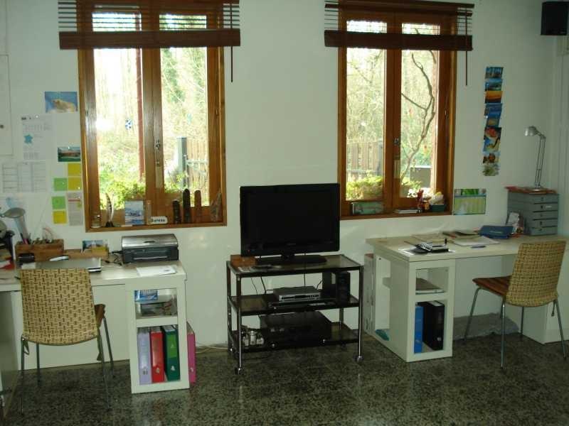 Der Salon wird mit einem Büroarbeitsplatz eingerichtet