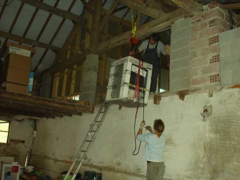Die komplette Küche und alle Möbel müssen über einen Lastenzug in den oberen Stock gehievt werden