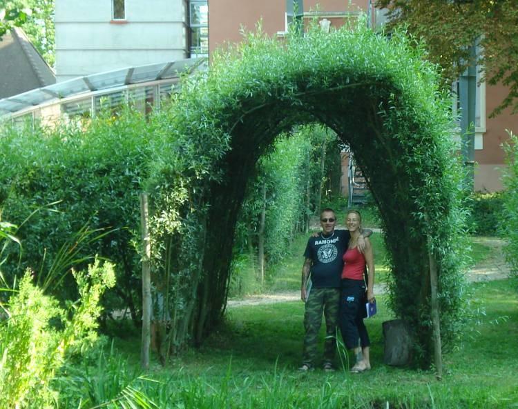 Peter und Andrea in einem Weidenbogen im Centre Eden