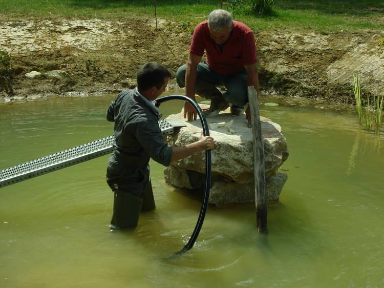 Der Quellstein wird endlich an den Ziehbrunnen angeschlossen