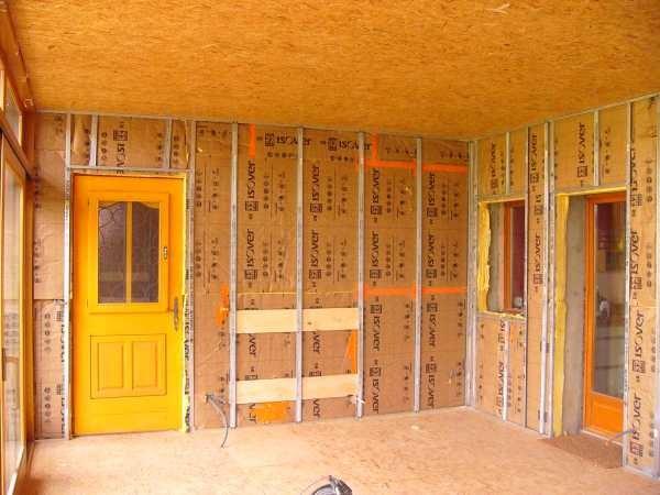 Die Verandawände werden isoliert. Die ehemalige zweite Haustüre wird in die Nordwand der Veranda eingebaut