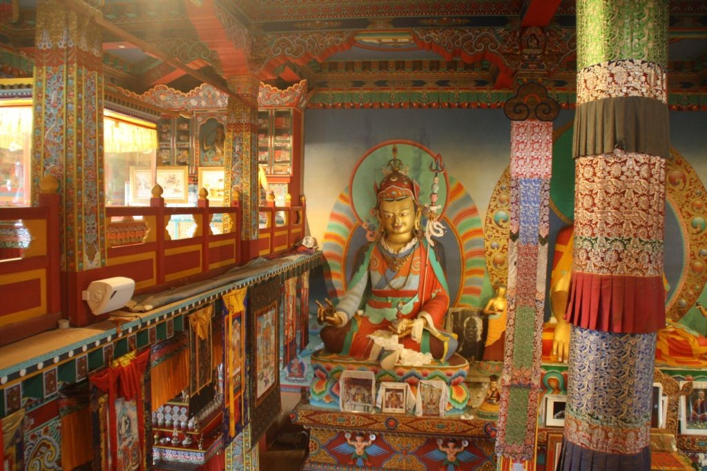 Besuch im buddhistischen Tempel La Boulaye - Riesengrosse Gottesstatuen