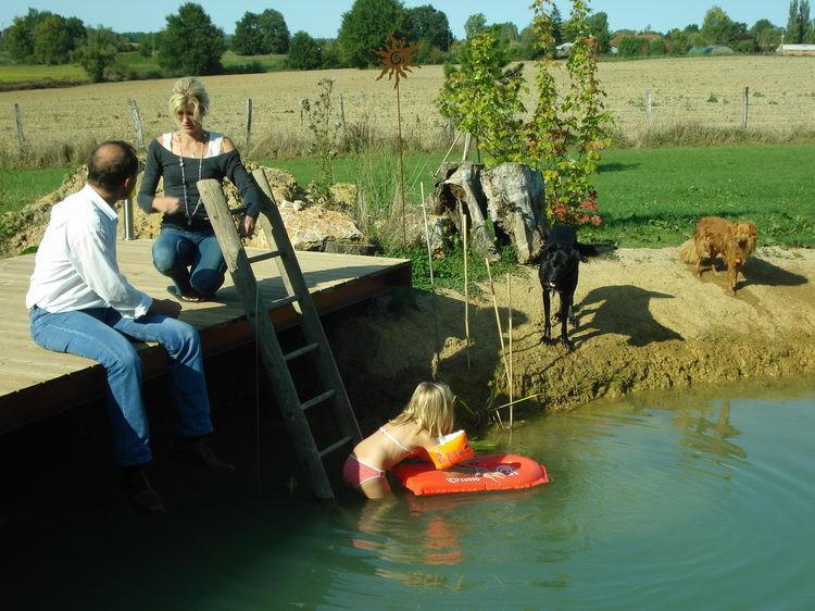 Pénélope geniesst das Planschen im Teich
