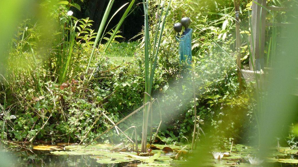 Eine Figur von Erika bewacht den Teich
