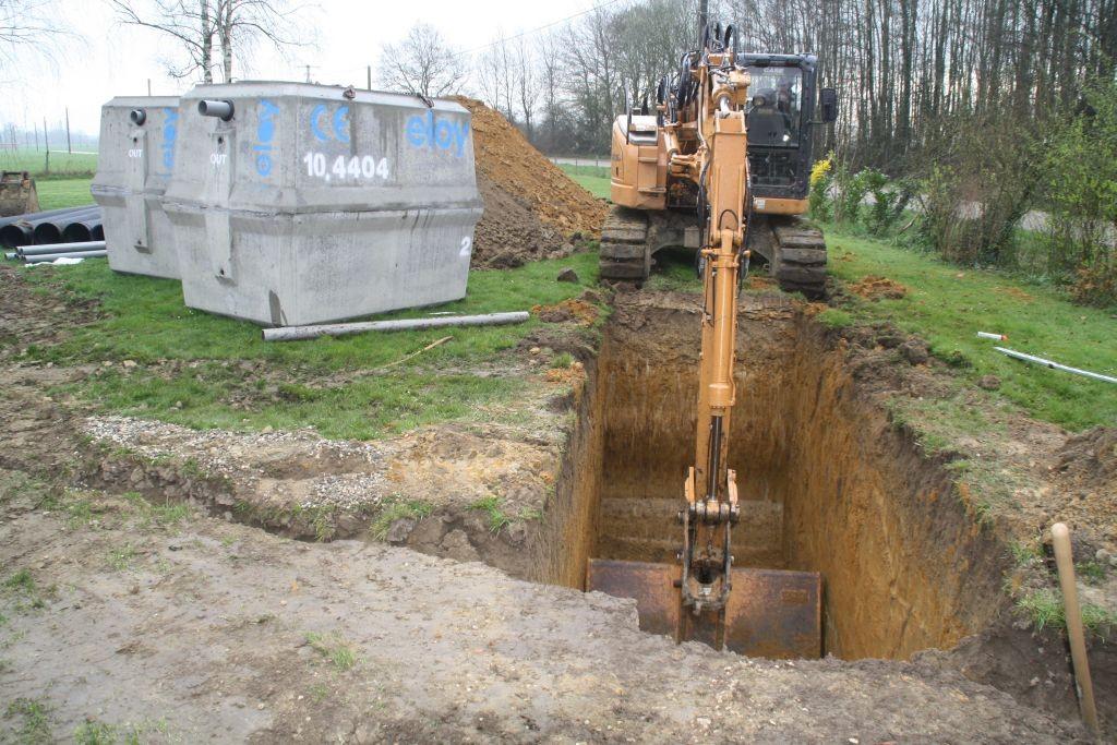 Ein tiefer Graben für die beiden Tanks der Mikrostation