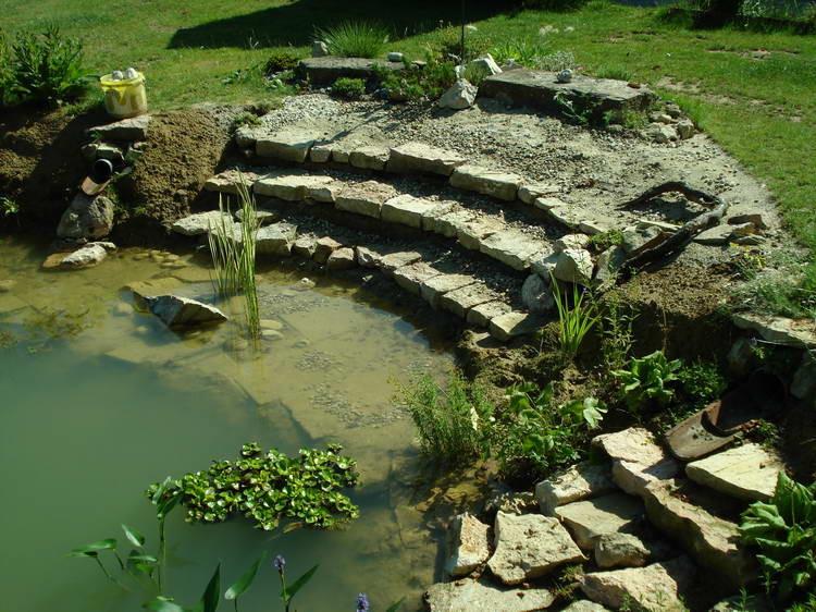 Zum Teich hin erstelle ich eine Art Treppe