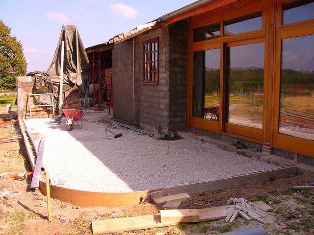 Die Terrasse nimmt langsam vorn an - Das Brotbackhaus muss noch mit der Plane vor dem Regen geschützt werden