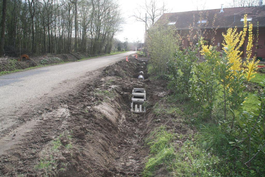 Der Strassengraben bekommt Röhren
