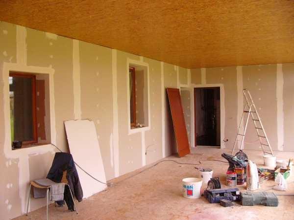 Die Wände der Verand werden mit Gipsplatten vermacht