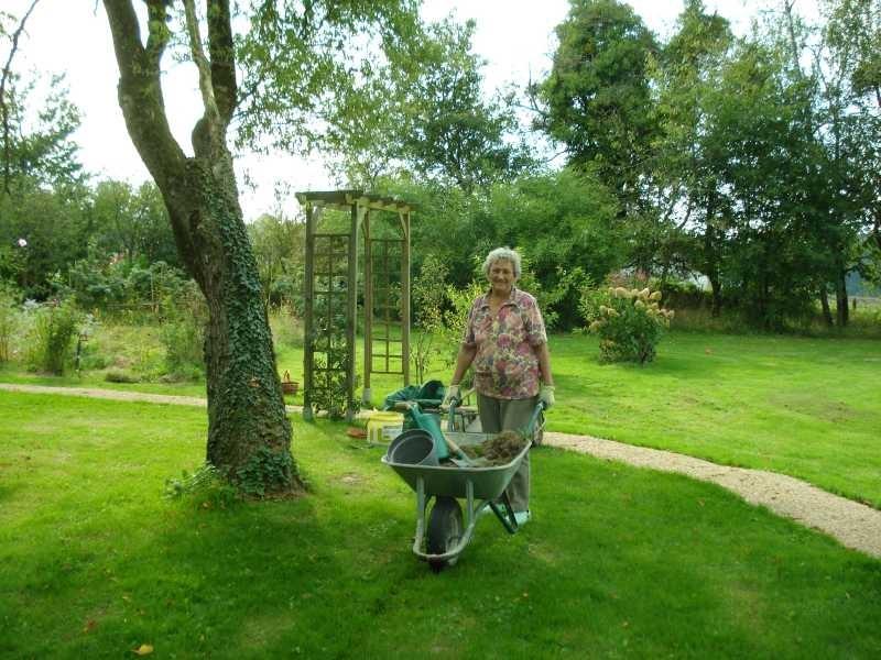 Mama hilft mir immer sehr im Garten - sie liebt diese Arbeit