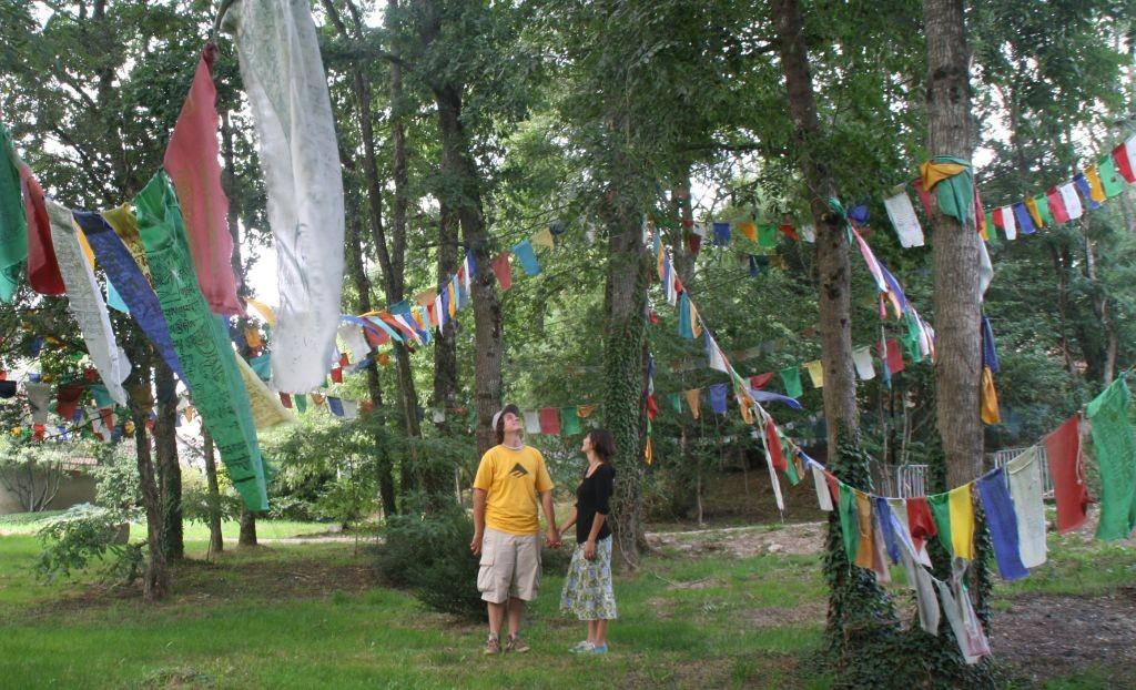Besuch im buddhistischen Tempel La Boulaye - Gebetsfahnen im Garten