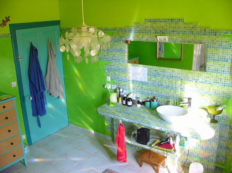 Den selbstgebautenTisch und die Rückwand haben wir mit Mosaik bestückt