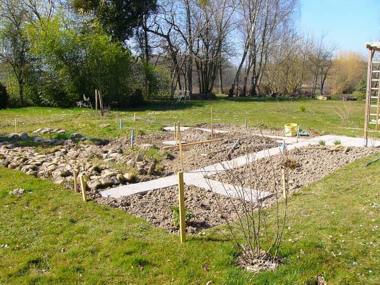 Neu angelegter Gemüsegarten - diesmal mit Steinplatten