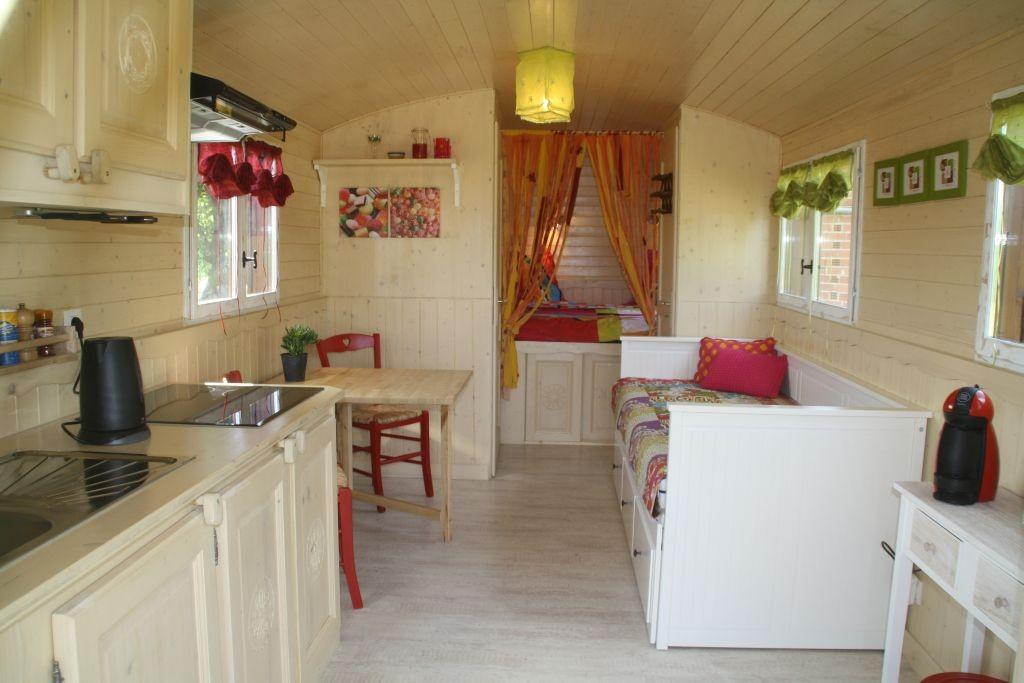 Das Wohnzimmer: links die Küchenzeile
