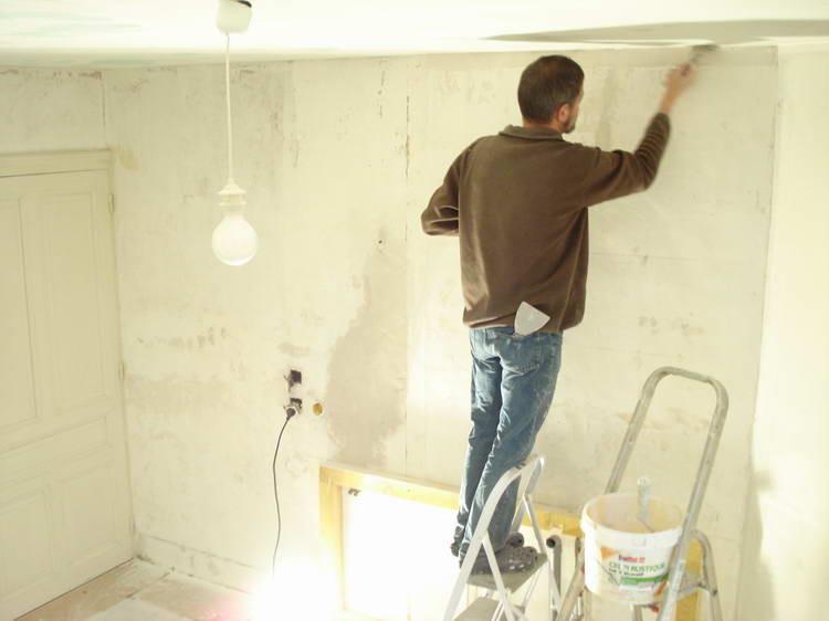Die rückseitige Fliesenwand in der Dusche wird neu gemacht
