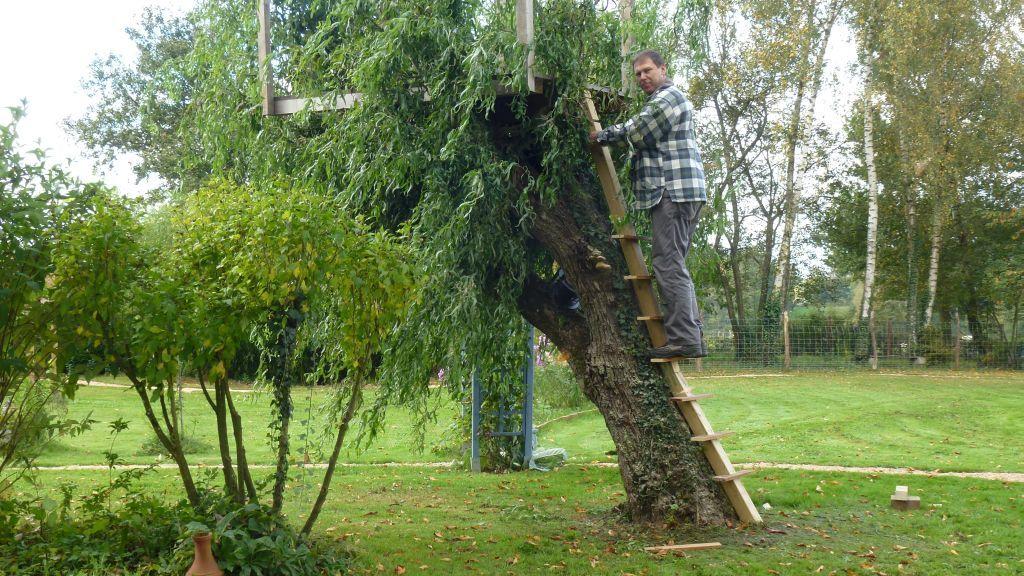 Das Baumhaus bekommt eine vernünftige Leiter