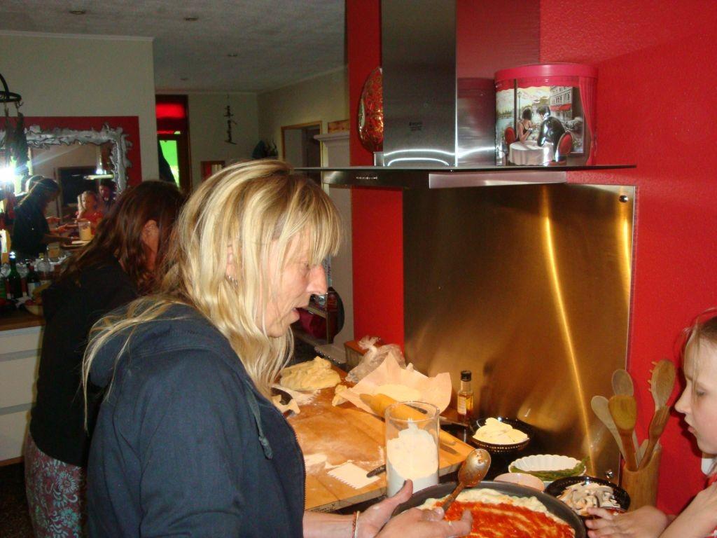 Vorbereiten der Pizzen in der Küche