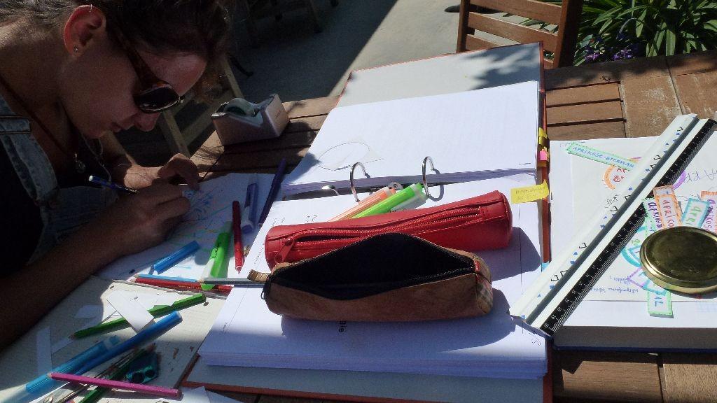 Désirée schreibt schöne Etiketten für die Konfi-Gläser