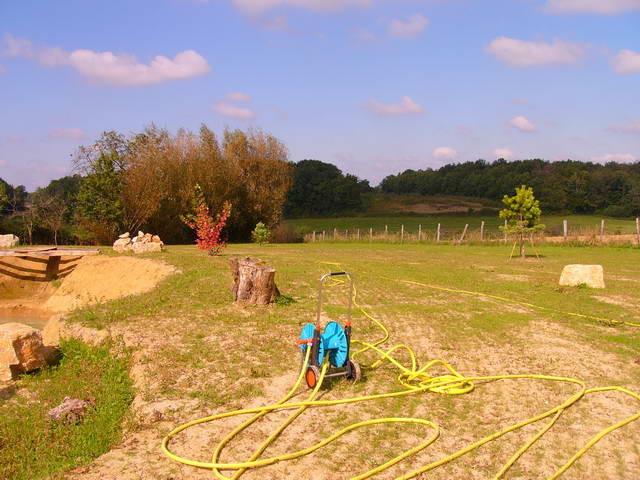Die neu gepflanzten Bäume müssen regelmässig gegossen werden - hinten starten wir Versuche mit einem Sonnendeck