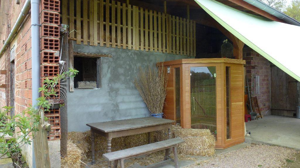 Die Sauna, der neue Sitzplatz mit Stroh und darüber die Schlafstelle im Stroh