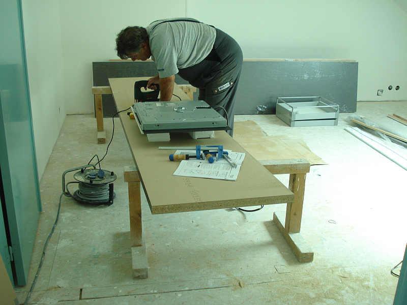 Freddy hilft beim Zusammenbau der Küche
