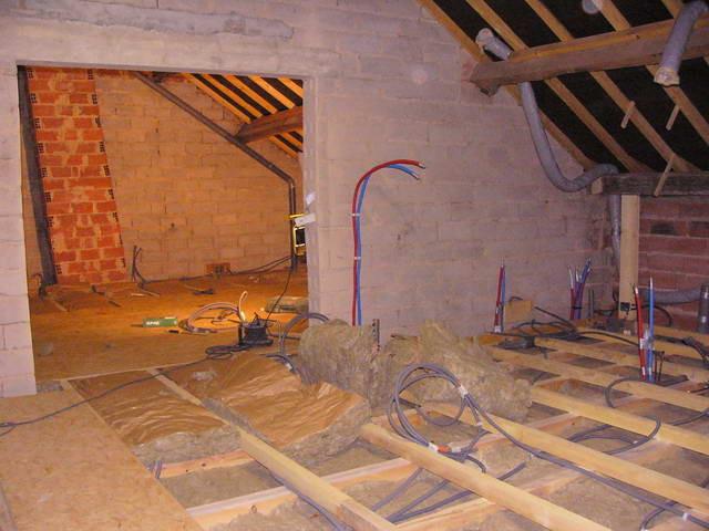 Im oberen Stock wird der Boden mit Balken ausnivelliert und um 25cm angehoben