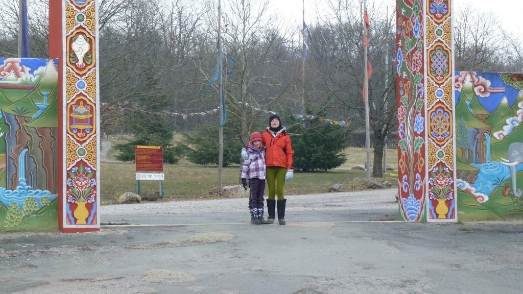 Zora und Naomi beim Eingang zum Temple des Milles Buddhas