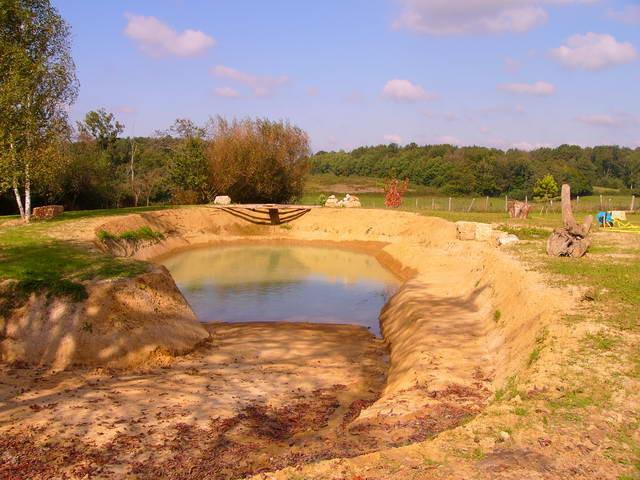 Der Teich füllt sich mit dem ersten Wasser