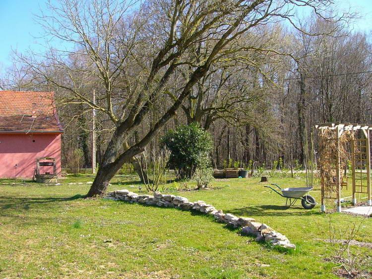 Ein Steinmäuerchen unter der Weide
