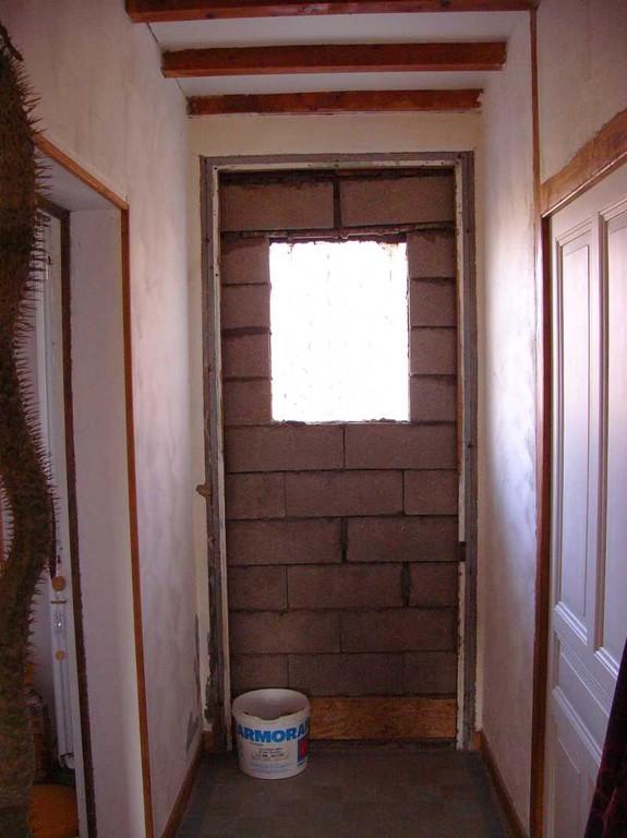 Die ehemalige zweite Haustüre wurde herausmontiert und die Öffnung zugemauert