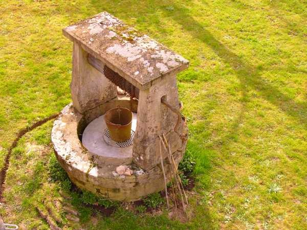 Am Ziehbrunnen wird eine Steckdose installiert